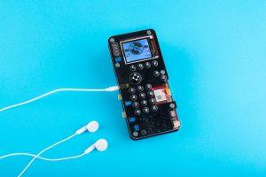 MakerPhone, çalışan bir cep telefonu oluşturmak için bir araya getirdiğiniz ve kod ürettiğiniz bir kit olarak geliyor!